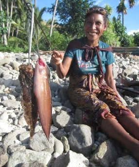 "E. Timorese woman diver with her fish. Photo: Enrique Alonso, ""Wawata Topu"""