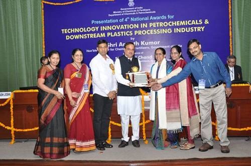 Shri Ananth Kumar, Hon'ble Minister for Chemicals & Fertilizers, Govt. of India, presenting the  Award to Dr. Leela Edwin, Team Leader and other team members (from left Dr. Ajith Peter, Dr. Nikita Gopal, Dr. B. Meenakumari & Dr. Saly N Thomas). Shri Nihal Chand, MoS, looks on. Photo: CIFT