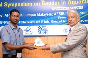 Dr Surendran Rajaratnam receives his Highly Commended award from Dr. S. D. Singh. ADG (Inland Fisheries) ICAR.