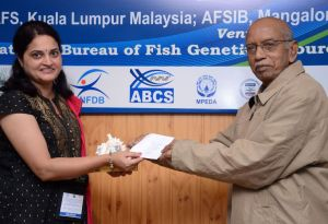 Dr Bibha Kumari being presented with the Highly Commended paper award by Dr P.S.B.R. James (former DG CMFRI and Assistant DG (Fisheries) ICAR).