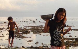 BrotherSisterGleaningBilangbilangan,Bohol,Philippines,2011-DK