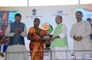 Mrs. M. Usha receiving the award from Hon'ble Union Minister for Agriculture and Farmers Welfare of India Shri. Radha Mohan Singh and the Hon'ble Minister of State for Agriculture and Food Processing Industries of India Dr. Sanjeev Kumar Balyan. Photo: ICAR